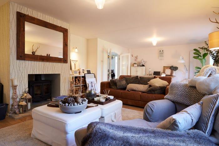 phòng khách với rất nhiều sofa và bàn ghế cồng kềnh
