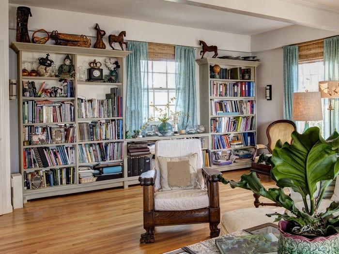 kệ mở chứa đầy sách trong phòng khách