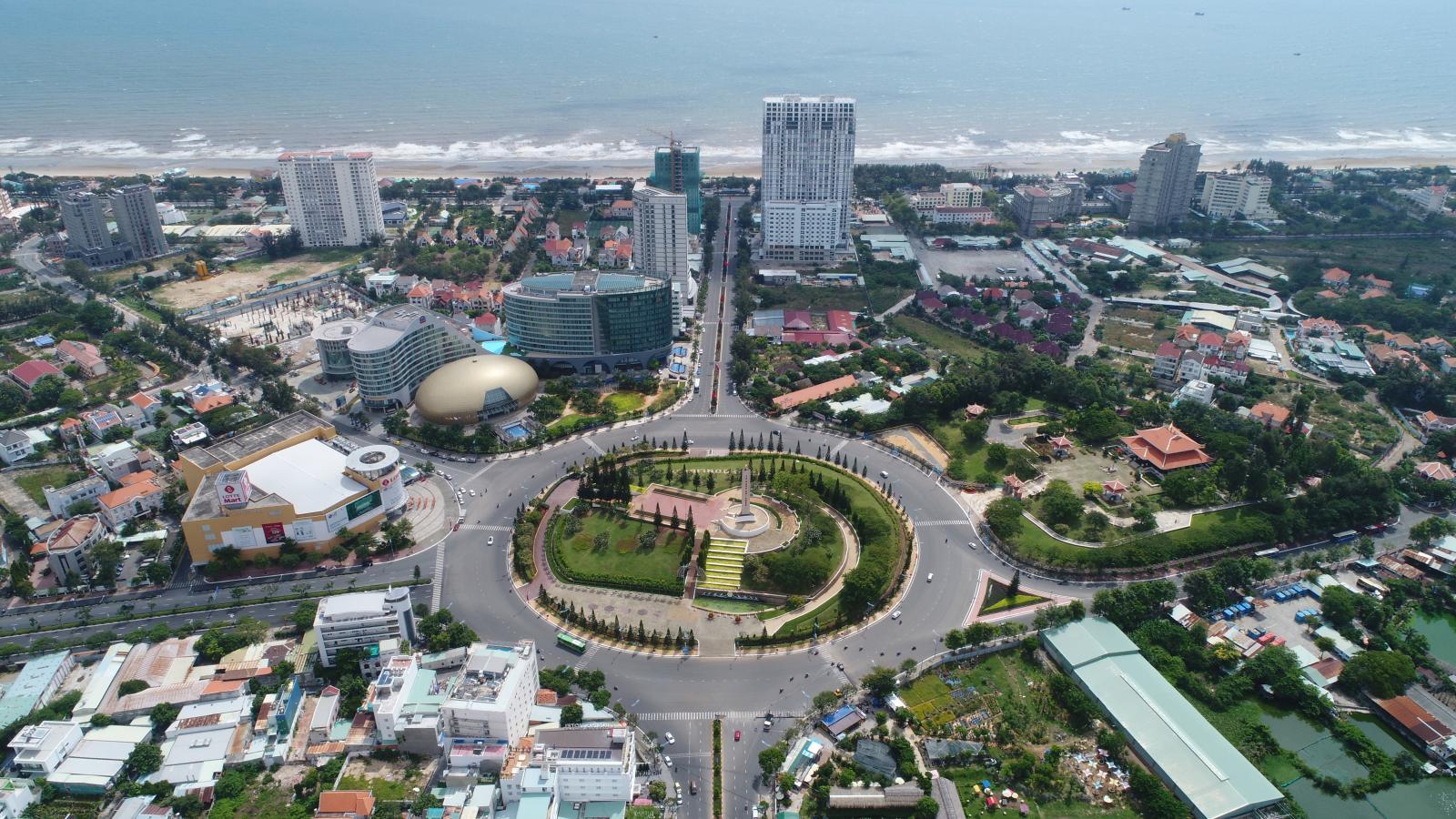 Ảnh chụp một góc thành phố Vũng Tàu từ trên cao với nhiều công trình nhà ở, vòng xoay giao thông và các con đường
