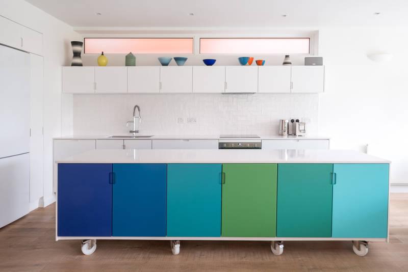 đảo bếp với phần cánh tủ màu xanh