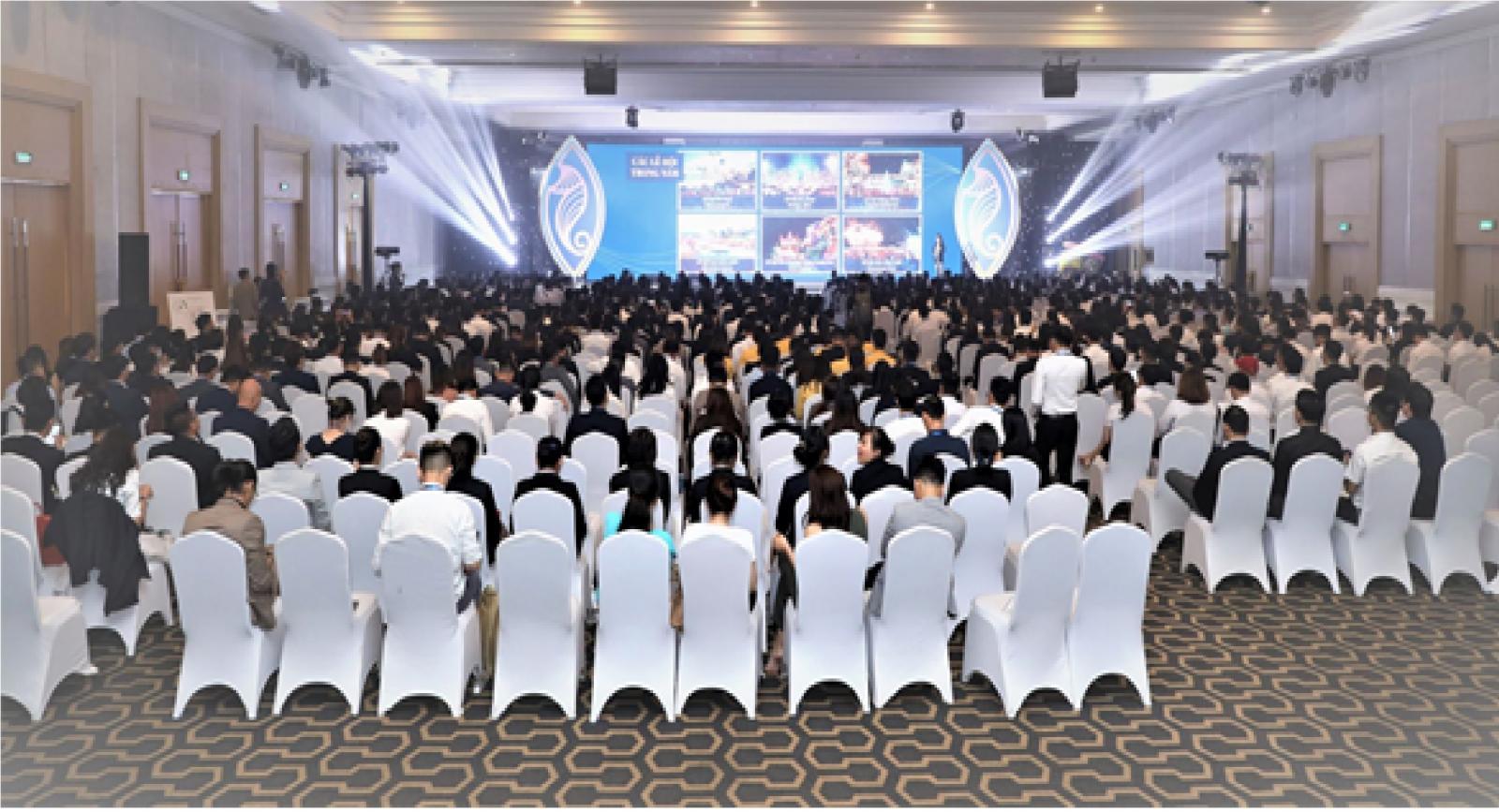 Hơn 1.000 người đang ngồi trên chiếc ghế vải bọc vải trắng dưới sân khâu