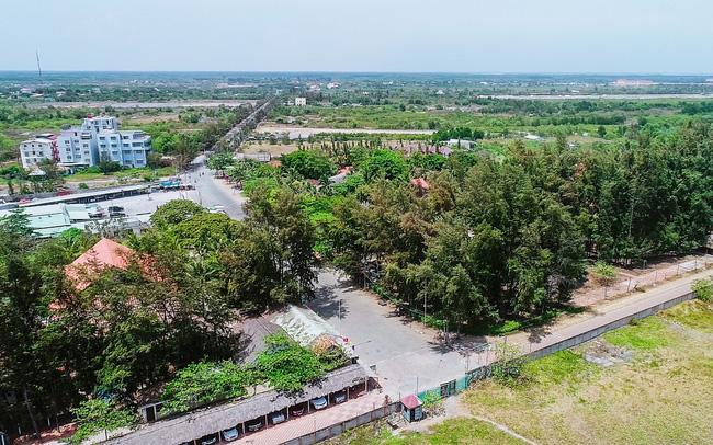 Một góc huyện Hóc Môn nhìn từ trên cao có công trình nhà ở, đường đi và nhiều cây cối