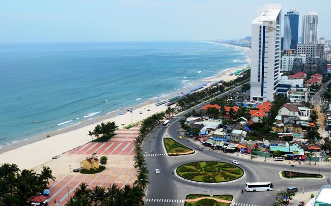 Dự án condotel ven biển, phía trước là đường lớn và nhiều công trình nhà ở xung quanh
