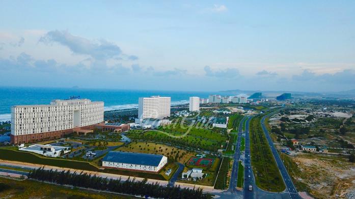 bất động sản nghỉ dưỡng ven biển gồm nhiều tòa nhà cao tầng, đường đi