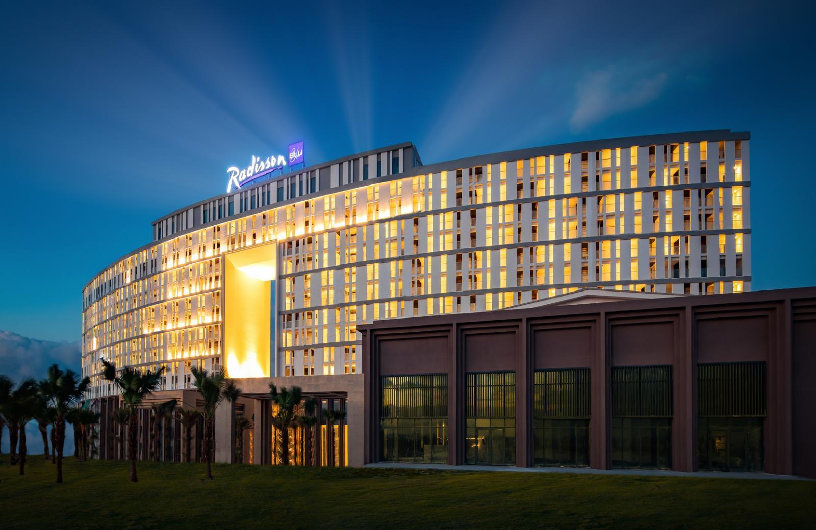 Một tòa nhà rực rỡ ánh đèn vàng