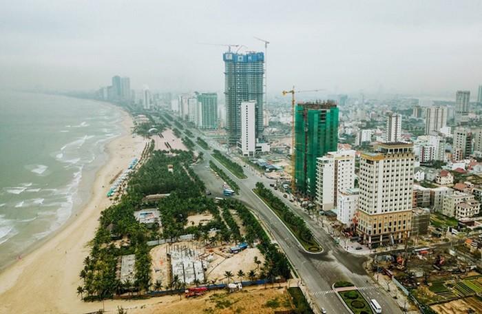 Thị trường condotel Đà Nẵng nằm dọc tuyến đường ven biển có nhiều tòa nhà đang xây dựng và nhiều nhà ở hiện hữu, nhiều cây xanh xung quanh