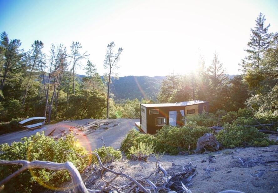 ngôi nhà nhỏ nằm giữa núi đồi