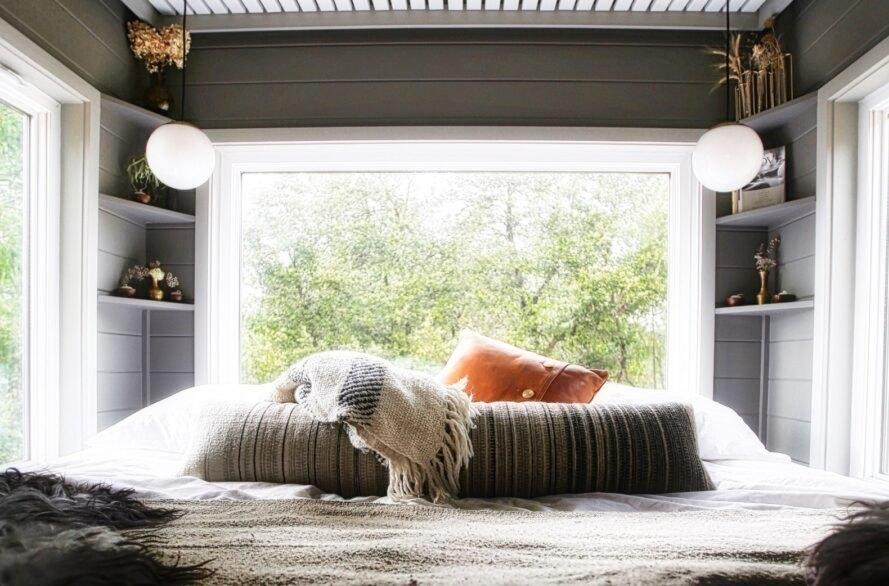 giường ngủ đôi đặt cạnh cửa sổ lớn