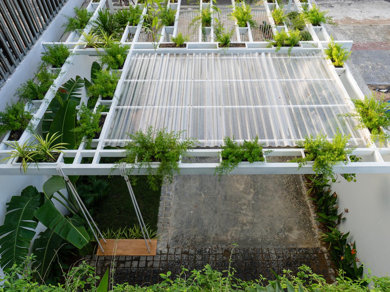 mái che sân nhà trồng đầycâu xanh