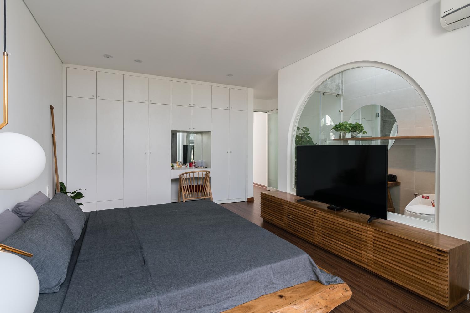 phòng ngủ có tivi và bàn trang điểm