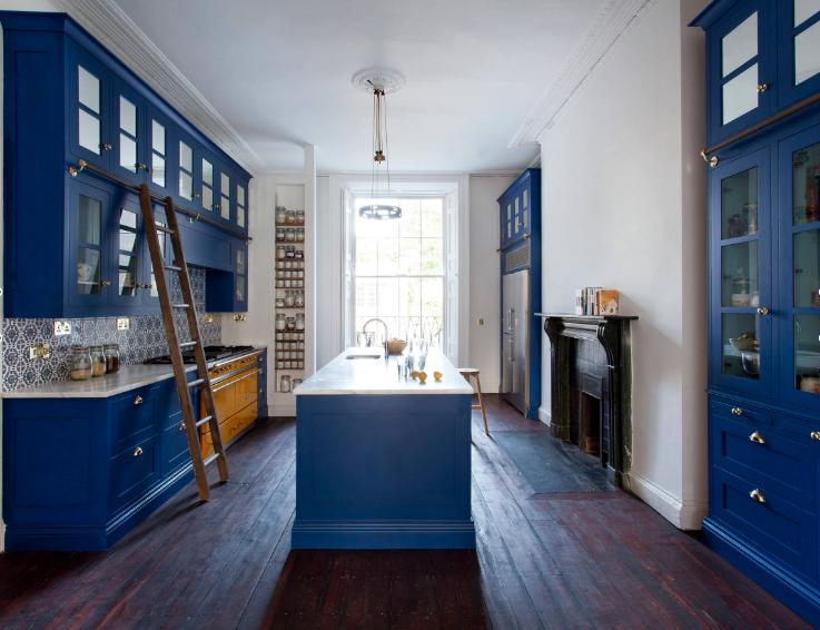 tủ bếp màu xanh dương trong căn bếp màu trắng