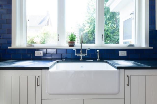 bồn rửa màu trắng trên nền backsplash xanh dương