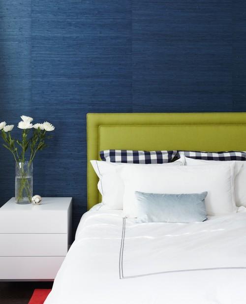 bức tường màu xanh dương phía sau giường