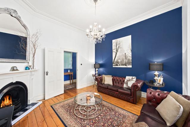 bức tường màu xanh dương trong phòng khách