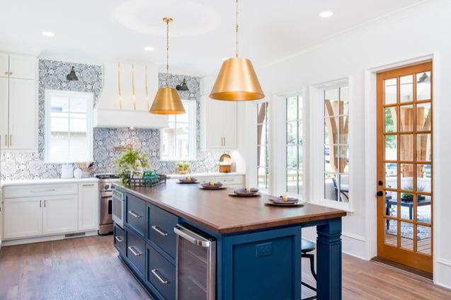 đảo bếp xanh dương giữa căn bếp màu trắng