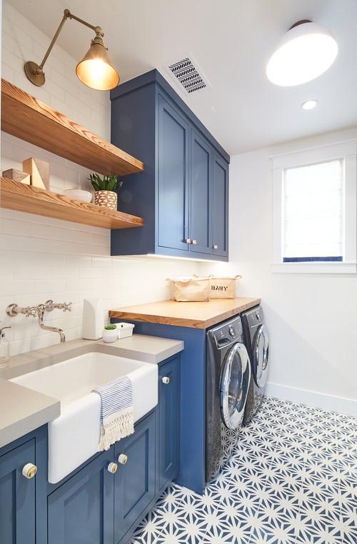 hệ tủ gỗ màu xanh dương trong phòng giặt là