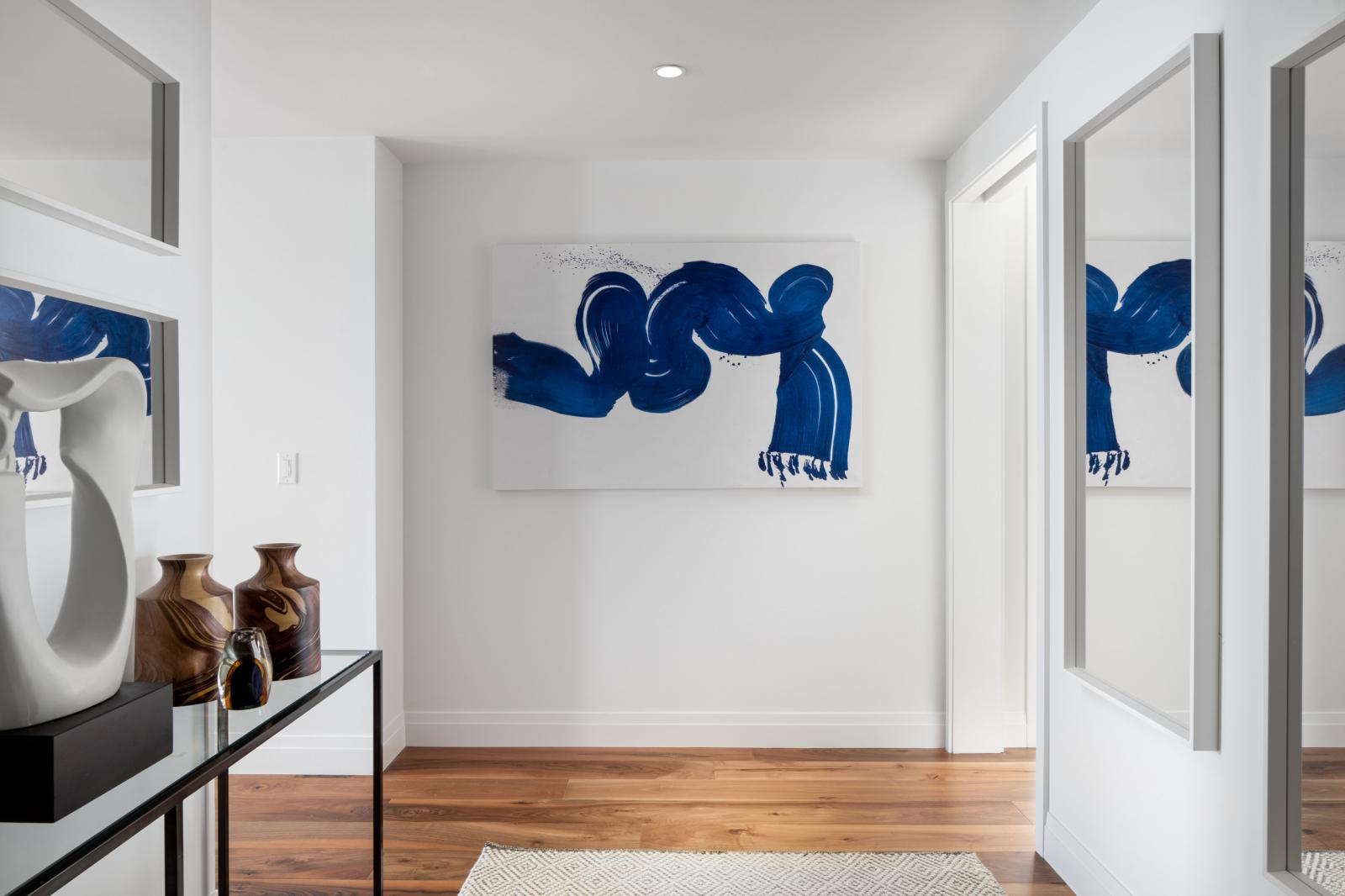 bức tranh trừu tượng màu xanh trên tường