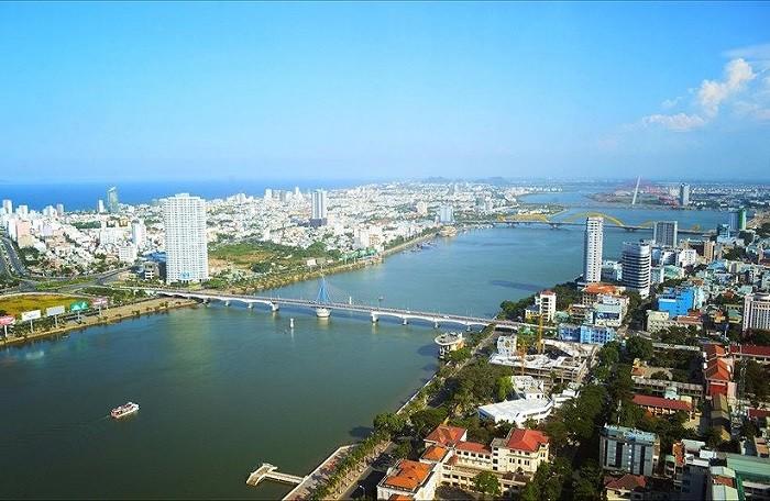 Một góc TP. Đà Nẵng nhìn từ trên cao có con sông lớn chảy giữa hai bên thành phố, nhiều công trình nhà ở cao và thấp tầng