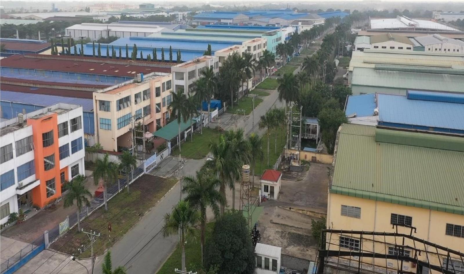 Các khu công nghiệp nằm dọc hai bên một con đường