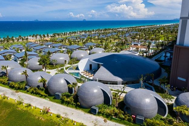 Hình ảnh các công trình nghỉ dưỡng nằm ven biển, xen kẽ là nhiều cây xanh