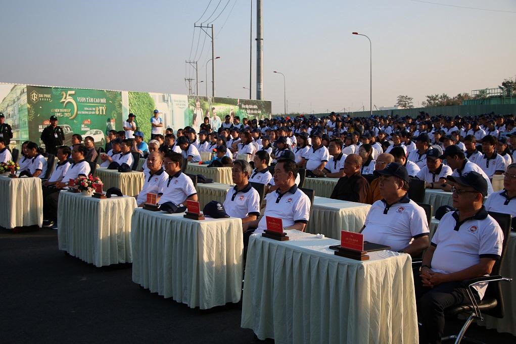 Nhiều người mặc áo đồng phục trắng ngồi tham dự sự kiện