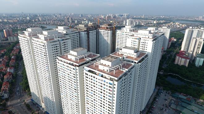 Một khu chung cư dày đặc các tòa nhà màu trắng, xung quanh là các khu dân cư thấp tầng.