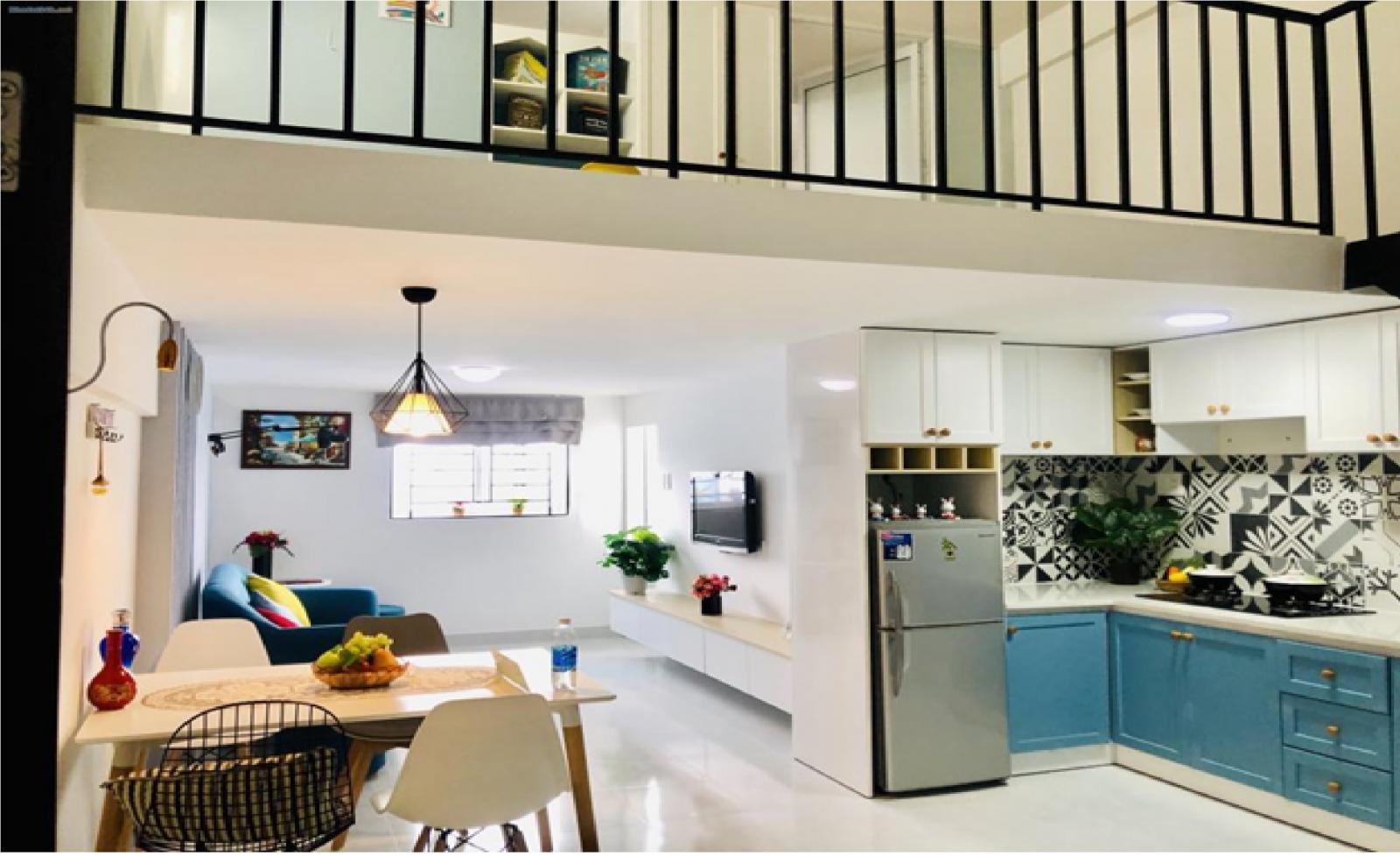 Một căn hộ có gác lửng, trong đó khu vực bếp và phòng khách được bố trí bên dưới, trên gác lửng là phòng ngủ và nhà vệ sinh