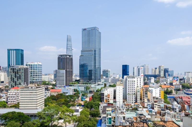 Một góc TP.HCM với những tòa nhà cao tầng, xung quanh là khu dân cư thấp tầng.