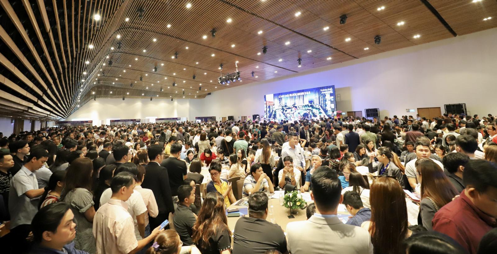 Đông nghịt người ngồi tham dự tại một sự kiện