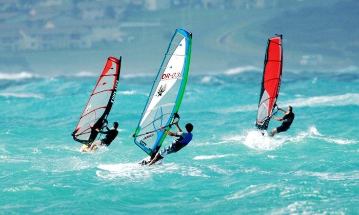 Hình ảnh 3 người đàn ông đang chơi lướt sóng trên biển