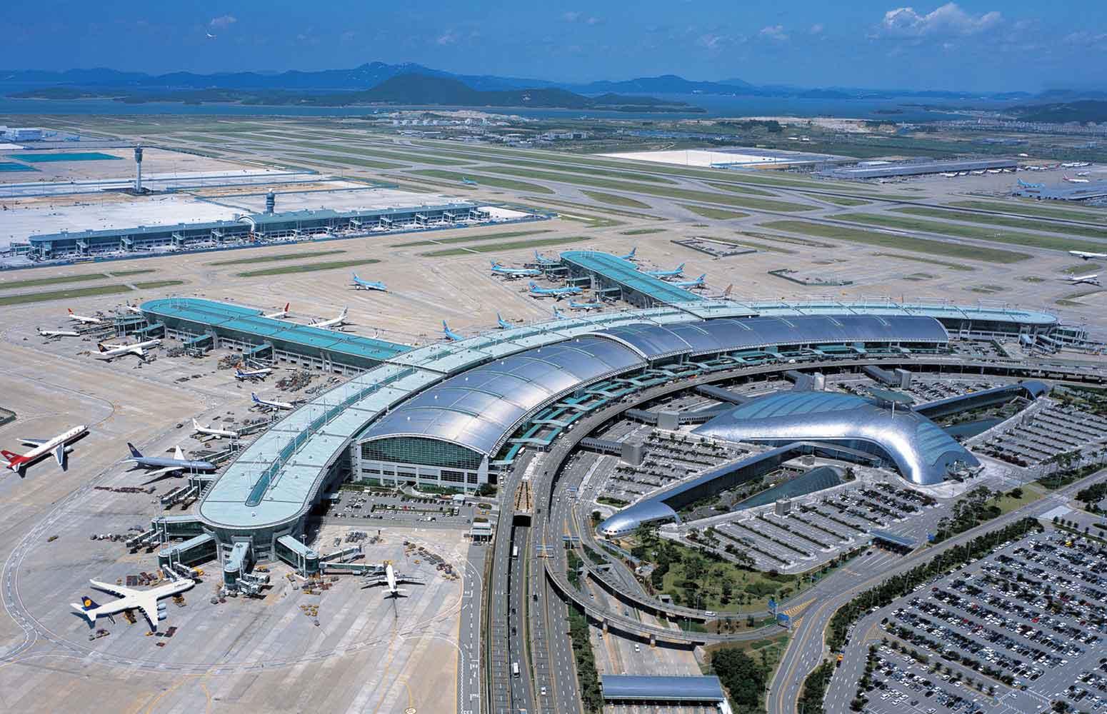 Ảnh chụp sân bay từ trên cao với nhiều máy bay đang đỗ trên sân