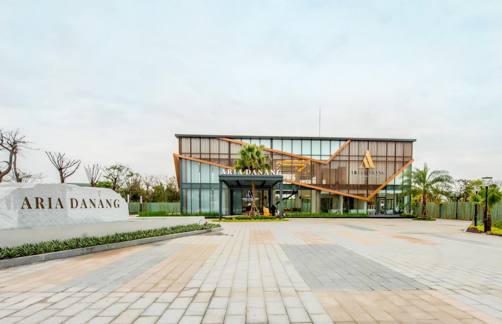"""Một ngôi nhà nằm cạnh tấm biển đá ghi dòng chữ """"dự án ARIA Da Nang"""""""