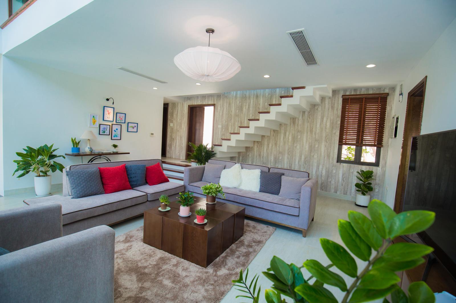 bất động sản nghỉ dưỡng sân golf với căn hộ có phòng khách rộng, bộ bàn ghế và cầu thang