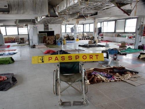 quang cảnh hỗn độn bên trong sân bay Hellenikon