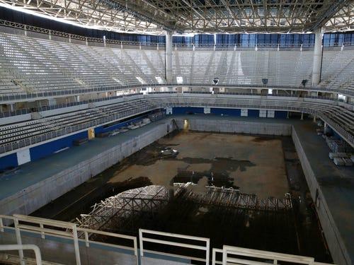 những vũng nước lớn, bẩn thỉu trong sân vận động