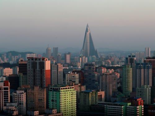 ảnh chụp khách sạn Ryugyong giữa nhiều tòa nhà khác