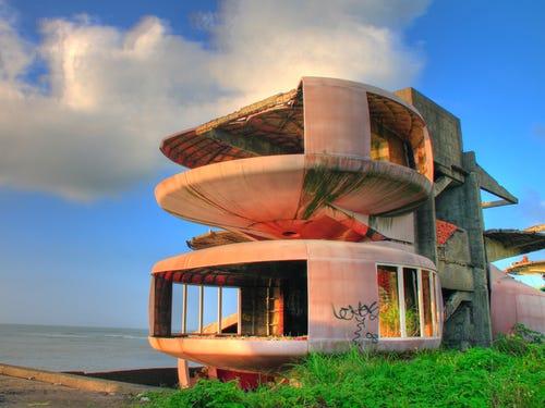 tòa nhà kỳ dị hình đĩa bay