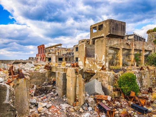 những ngôi nhà đổ nát trên đảo Hashima