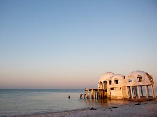 nhà hình mái vòm bên bờ biển