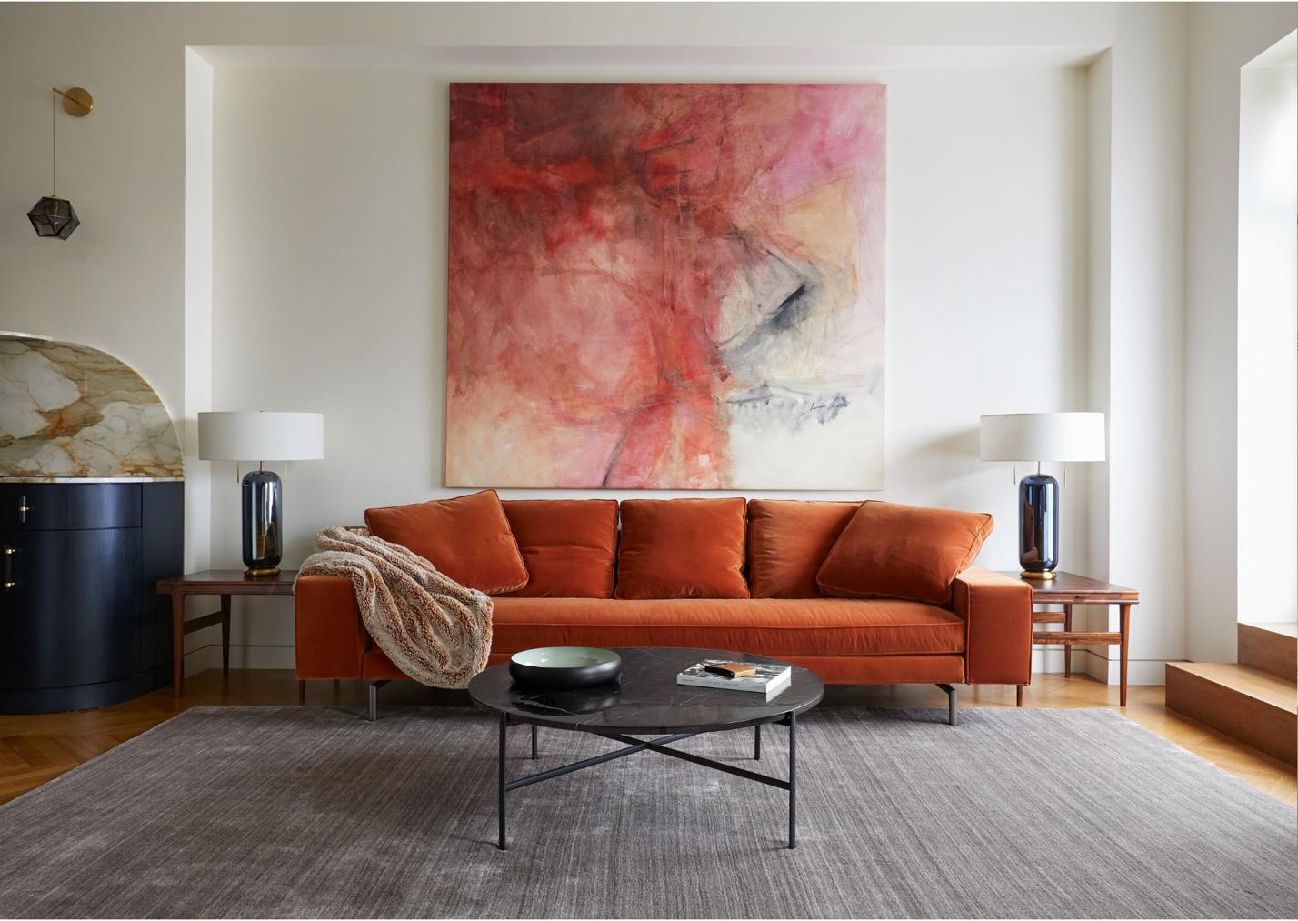 chiếc sofa bọc nhung màu da cam giữa phòng khách