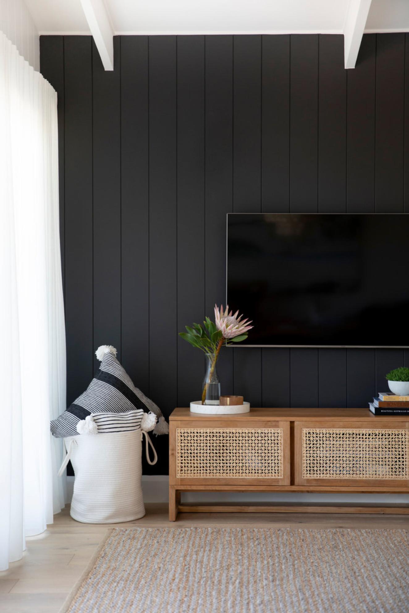 tường tivi ốp ván gỗ màu đen