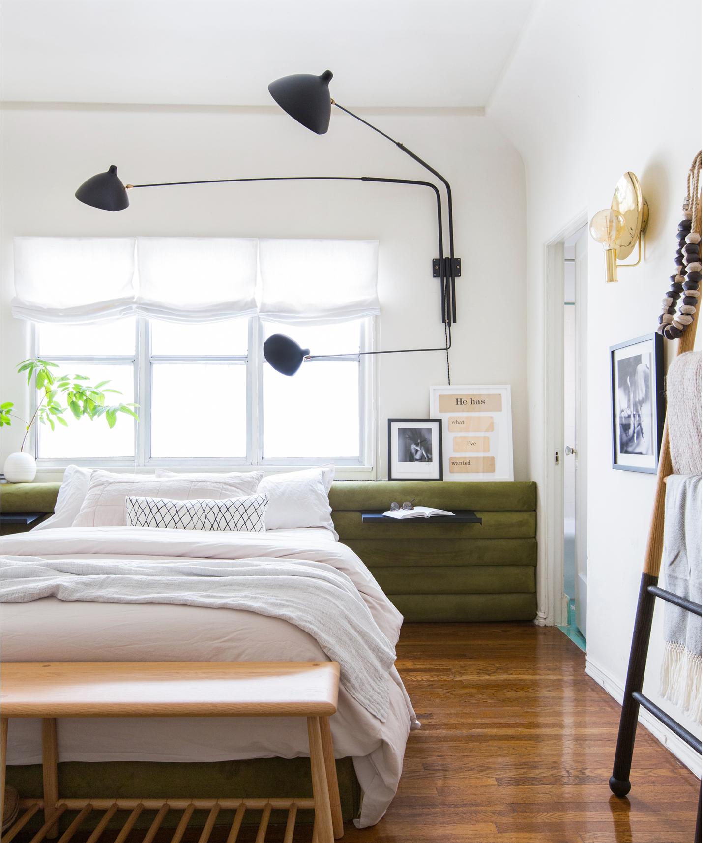 phòng ngủ có cây xanh và chiếc bàn màu xanh lá