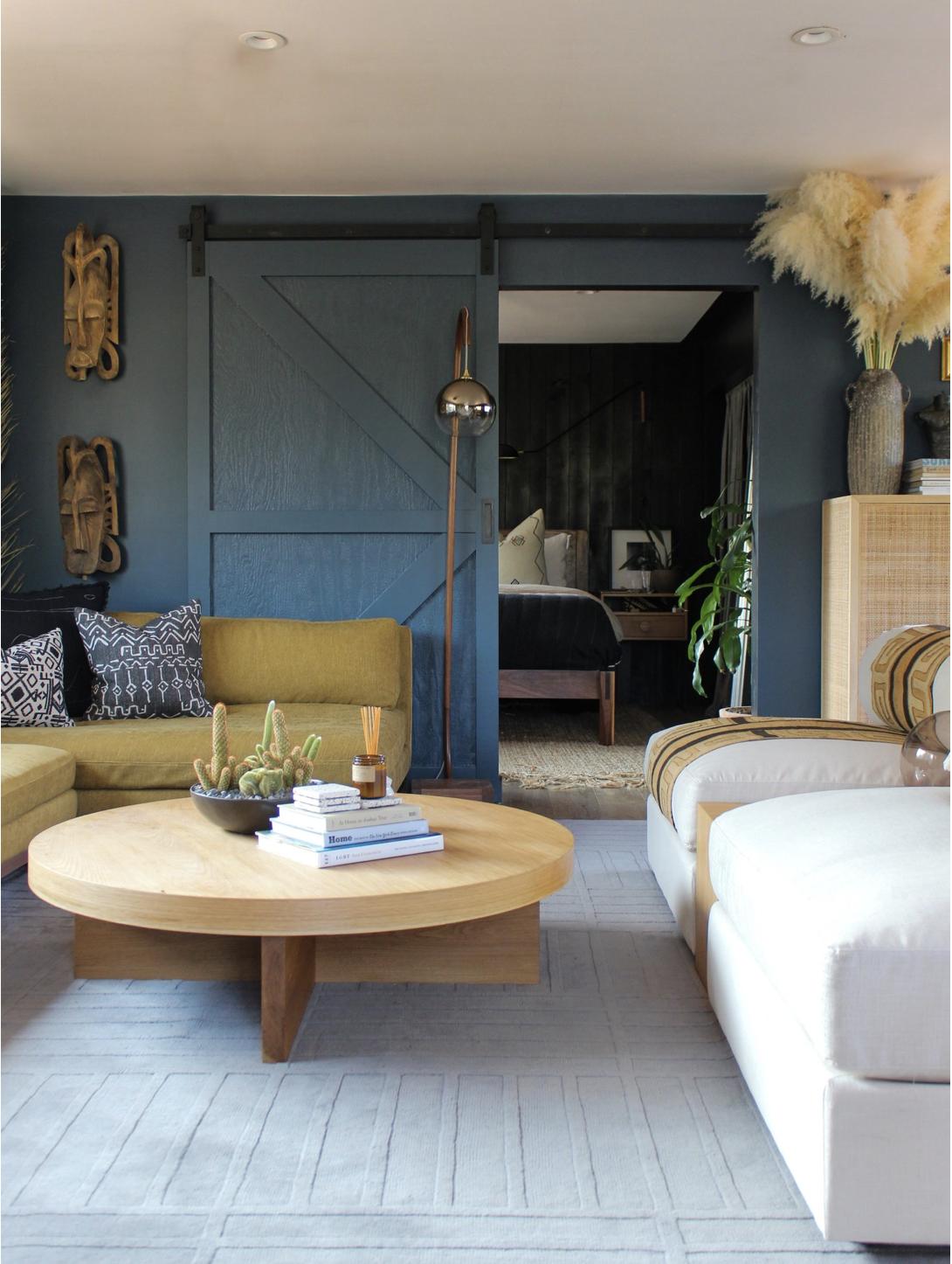 bàn tròn gỗ cùng sofa màu vàng đất trong phòng khách