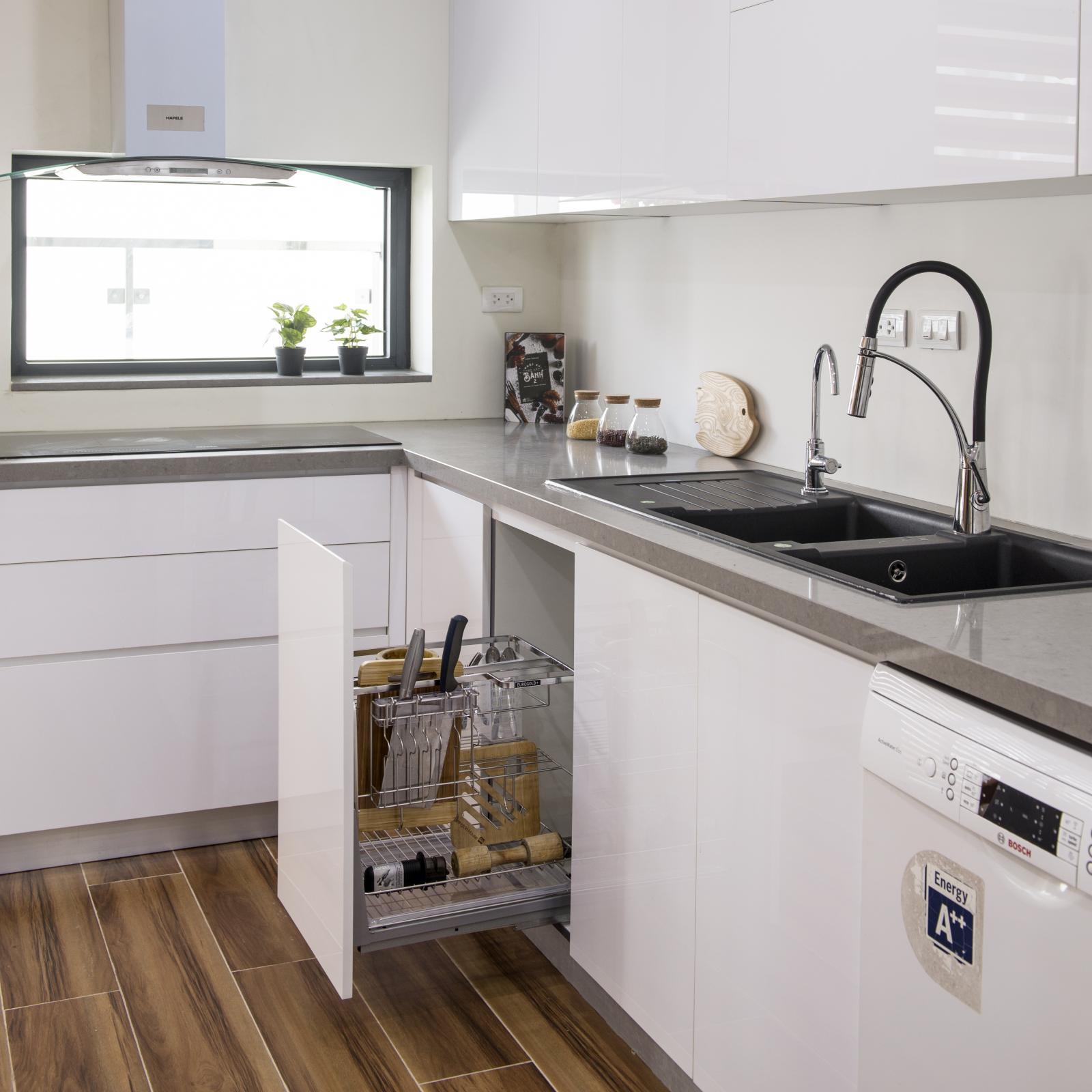 tủ bếp màu trắng với ngăn đựng dao kéo đang mở ra