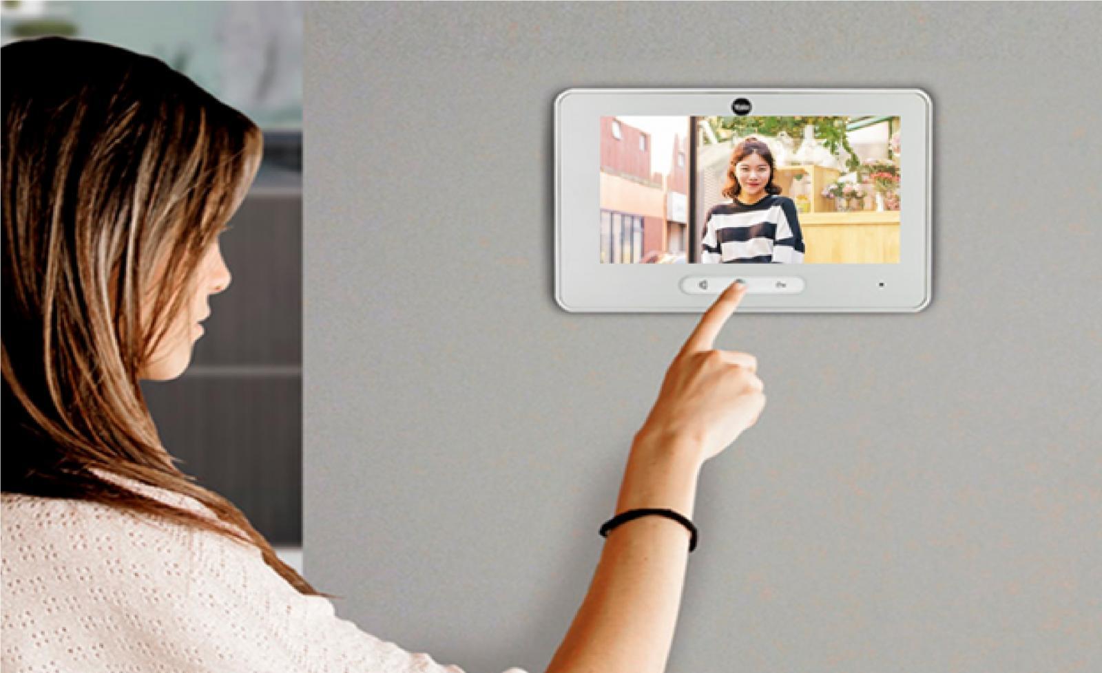 Hình ảnh người phụ nữ đang dùng tay sử dụng hệ thống Face ID tại căn hộ