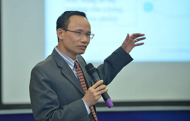 TS. Cấn Văn Lực cầm micro thuyết trình tại hội thảo