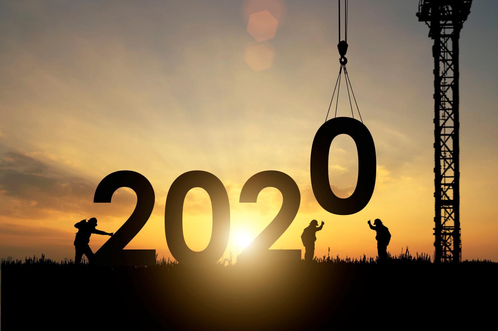 Ảnh ngược sáng, nền tối nổi bật số 2020, cần cẩu và bóng một số người đang xây dựng mafud đen.