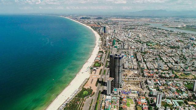 bất động sản nghỉ dưỡng với hàng loạt công trình cao tầng nằm ven biển khi nhìn từ trên cao