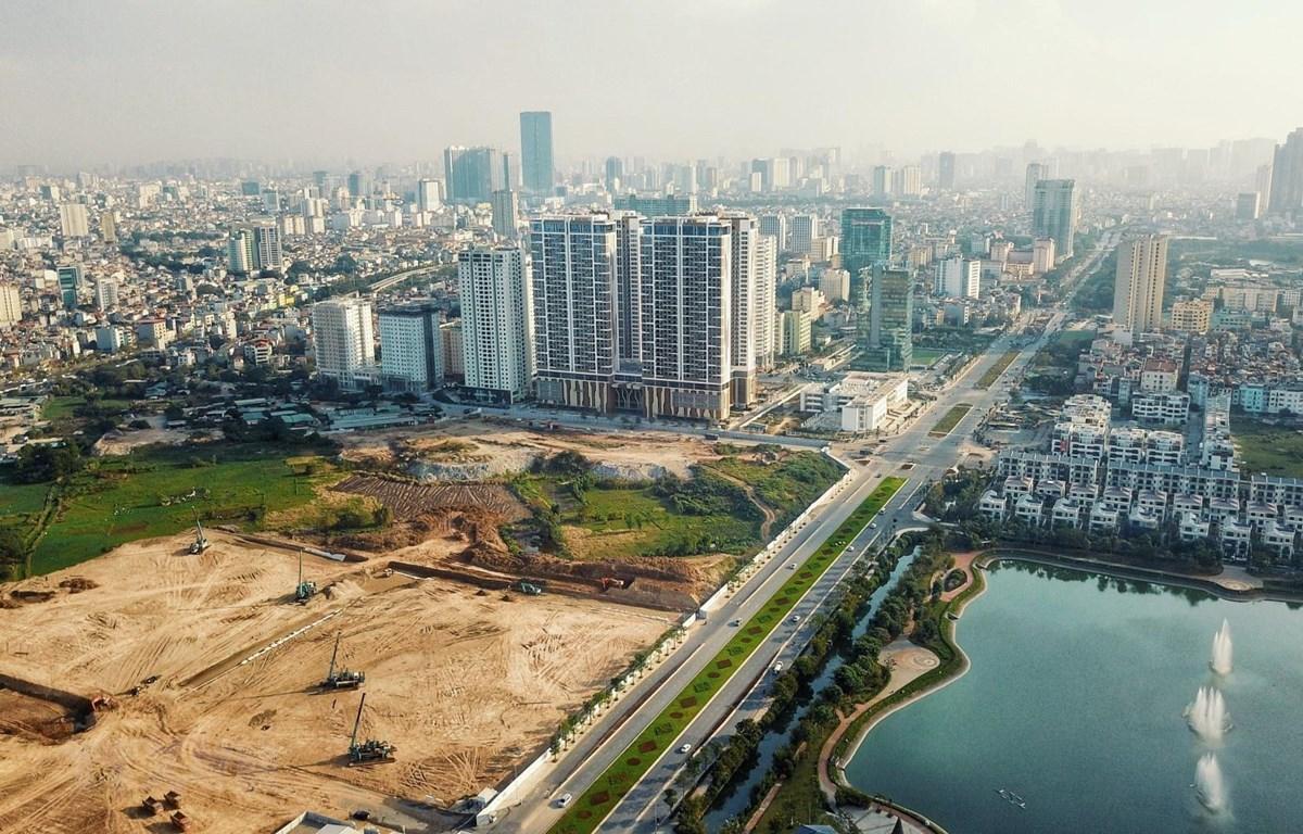 khu đất trống nằm gần đường lớn và hồ nước khi nhìn từ trên cao, xung quanh có nhiều nhà cao tầng