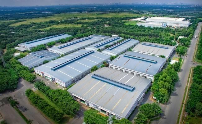 Khu công nghiệp với nhiều xưởng nhìn từ trên cao, xung quanh có nhiều cây xanh